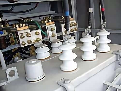 古い変圧器やコンデンサーの写真