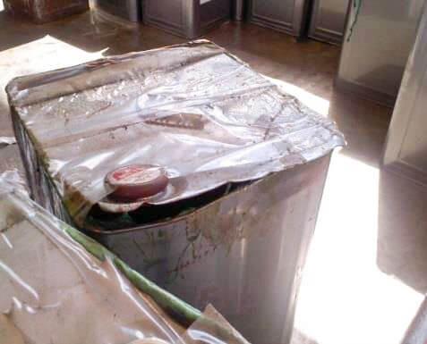 内蓋・空気穴により漏洩した一斗缶